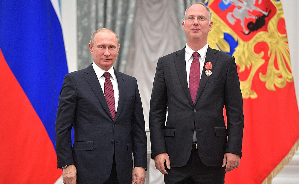 Krievijas prezidents Vladimirs Putins (no kreisās) pērn novembrī pasniedza Aleksandra Ņevska ordeni Krievijas tiešo investīciju fonda vadītājam Kirilam Dmitrijevam par ārzemju ieguldījumu piesaistīšanu, apejot ASV sankcijas.