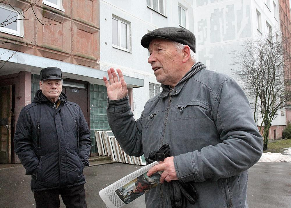 """Arturs Krūskops (no kreisās) un Leonids Sihvarts norāda, ka Ministru kabineta noteikumos apstiprinātā kārtība, kā iedzīvotājiem jāmaksā par ūdeni, ir ačgārna un netaisna: """"Tā ir izdevīga pašvaldības uzņēmumam """"Rīgas ūdens"""", bet nav izdevīga iedzīvotājiem."""""""