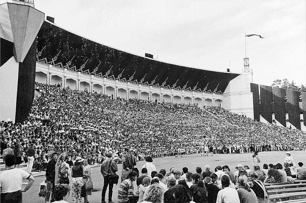 1990. gada Dziesmu un deju svētkos piedalījās pavisam 851 kolektīvs, 32 973 dalībnieki.