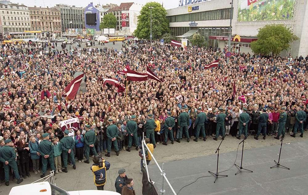 Kad Latvijas hokeja izlase pēc čempionāta Sanktpēterburgā atgriezās Rīgā, stacijas laukumā spēlētājus sagaidīja sajūsmināto līdzjutēju pūļi.