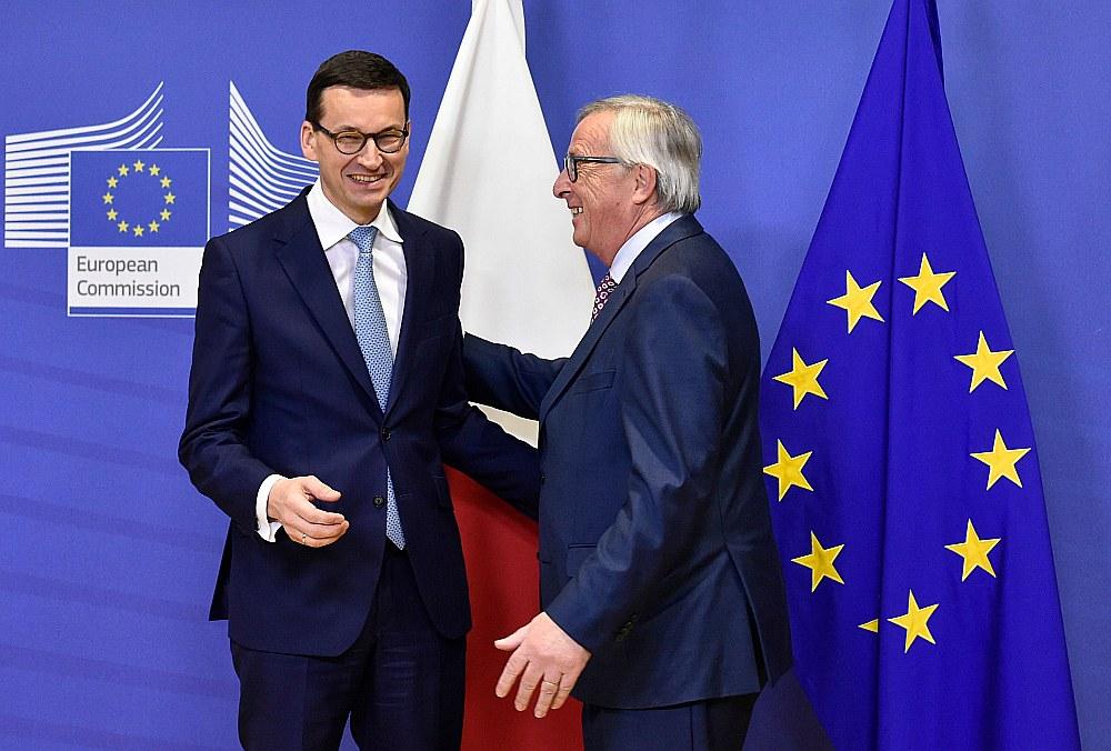 Pēc tikšanās šonedēļ Briselē Polijas premjerministrs Mateušs Moraveckis (no kreisās) un Eiropas Komisijas prezidents Žans Klods Junkers atzīmēja sarunu pozitīvo gaisotni, taču abu pušu domstarpības par Polijas īstenotajām strīdīgajām reformām tieslietu jomā saglabājas.