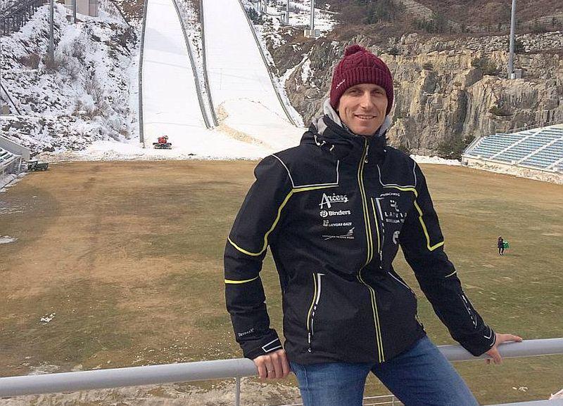 Latvijas Olimpiskās vienības ārsts Jānis Kaupe tramplīnlēkšanas sacensību arēnā Dienvidkorejā.