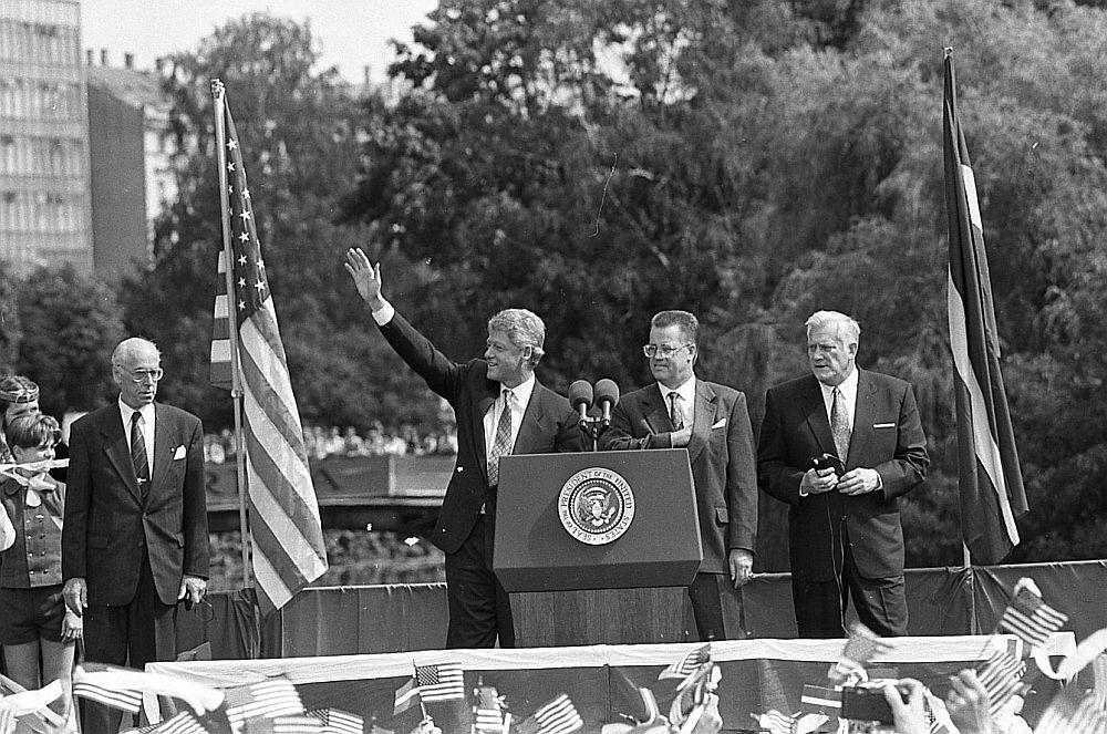 ASV prezidenta Bila Klintona vizītes Rīgā centrālais pasākums bija uzruna pie Brīvības pieminekļa.