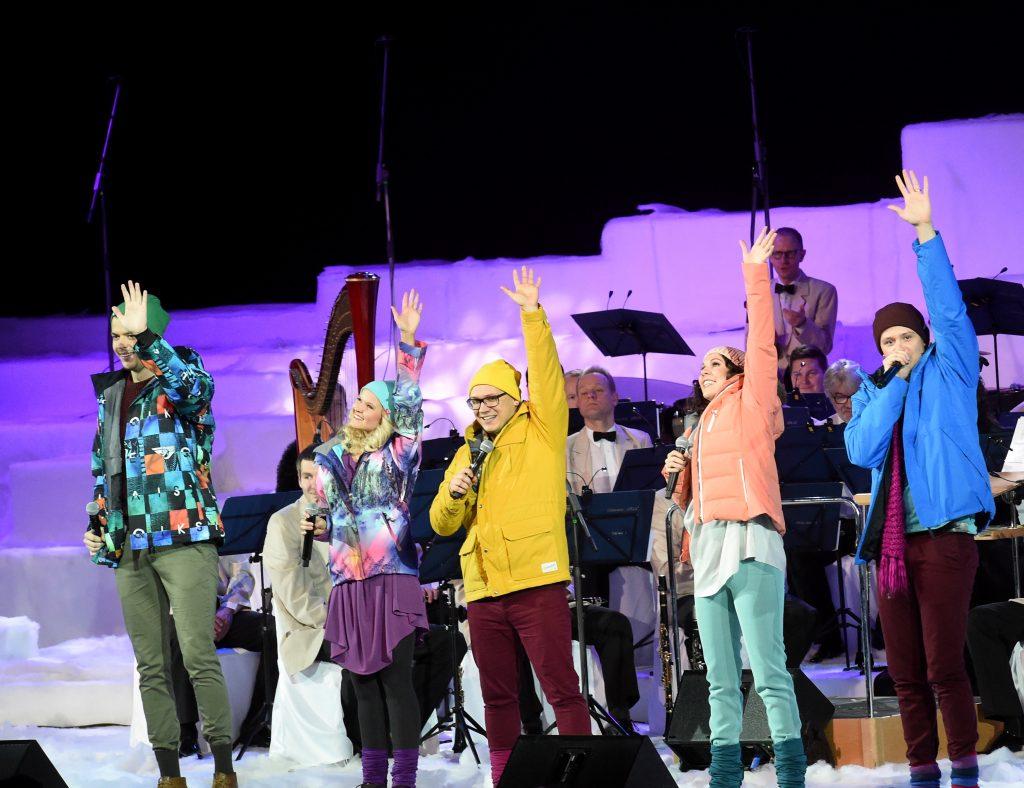 """Vokālā grupa """"Framest"""" uzstājas Rīgas Ziemassvētku koncertā """"Sudraba slidas"""" Ķīpsalas hallē."""