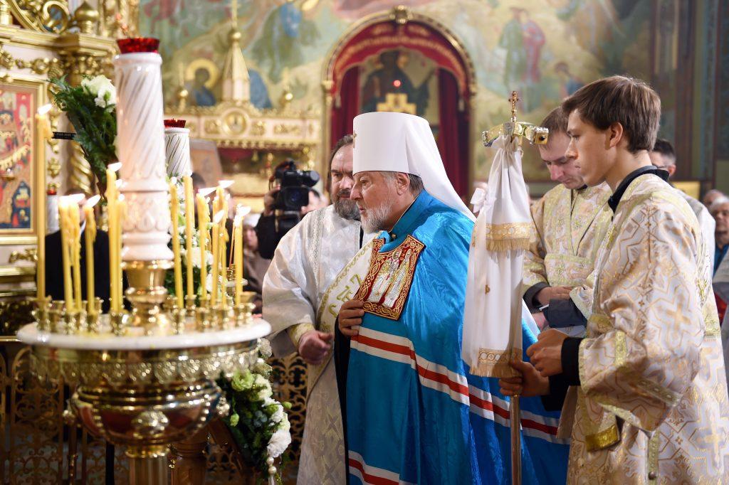 Rīgas un visas Latvijas metropolīts Aleksandrs vada pareizticīgo Ziemassvētkiem veltīto dievkalpojumu Rīgas Kristus Piedzimšanas katedrālē.