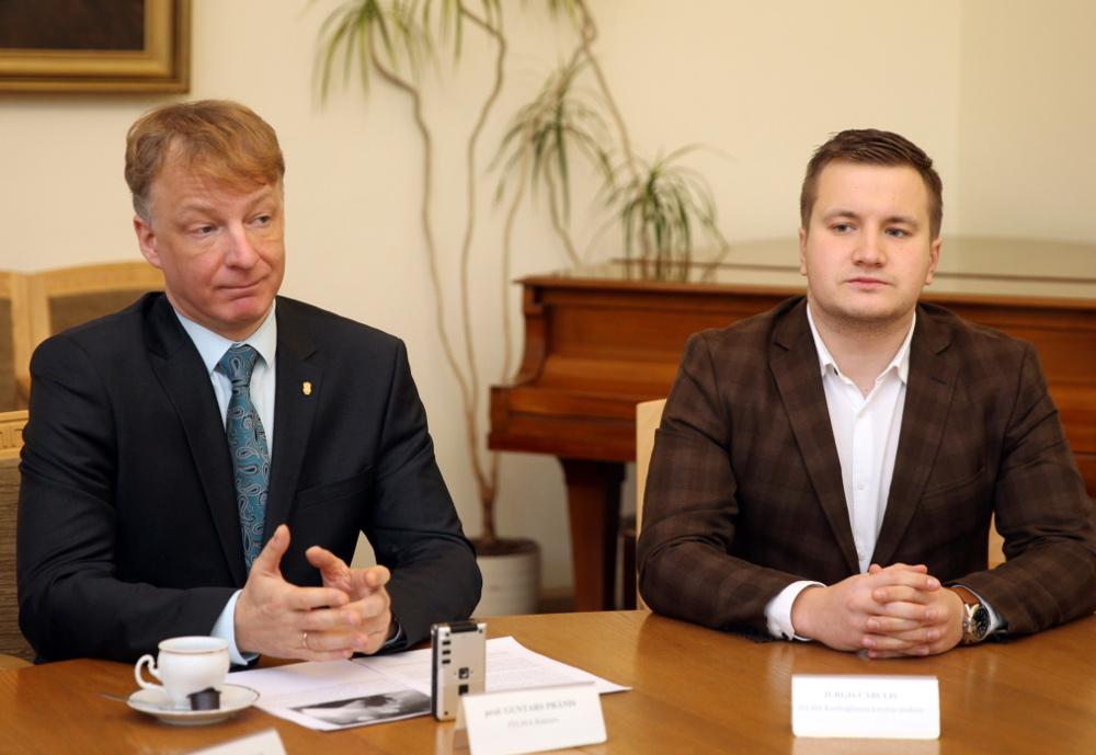JVLMA rektors Guntars Prānis un kordiriģēšanas students Jurģis Cābulis.
