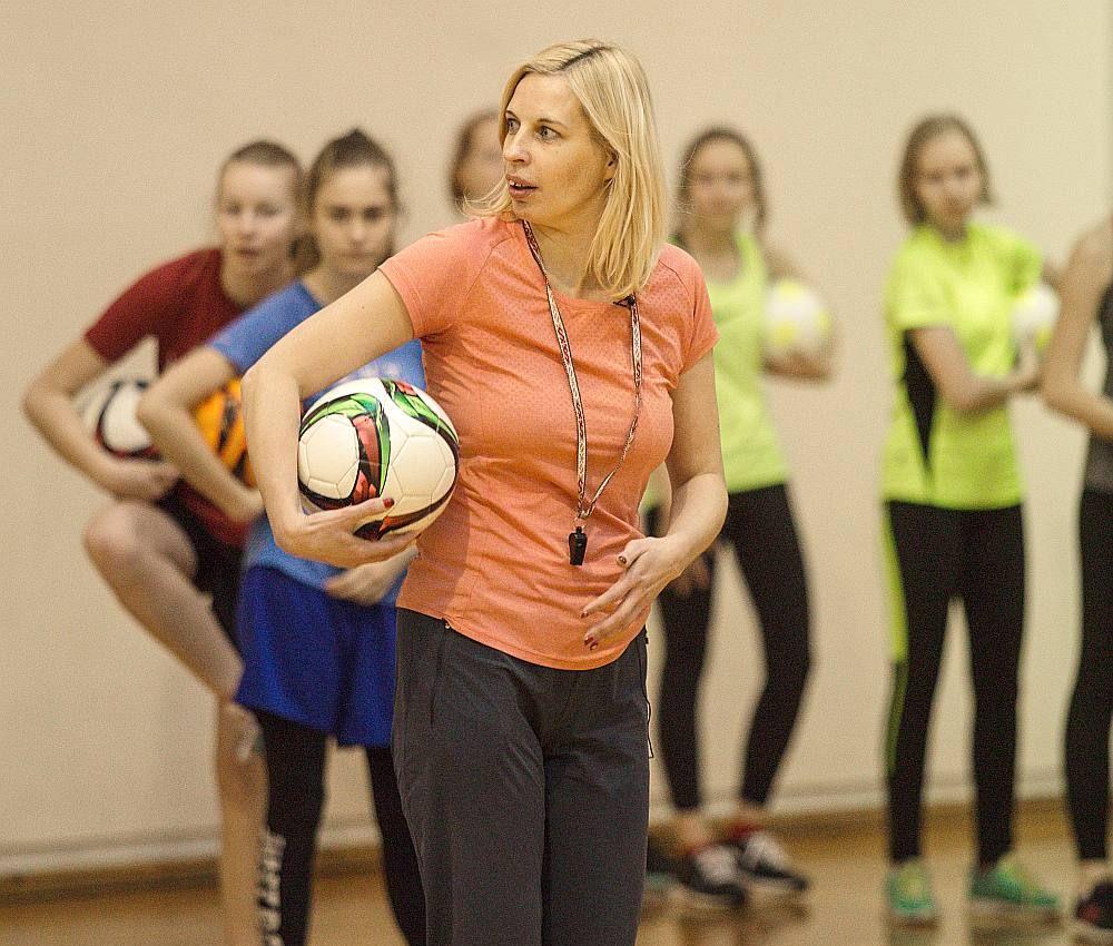"""""""Gada sporta skolotāja"""" Signe Lūsiņa cenšas, lai viņas vadītās sporta stundas būtu daudzveidīgas un saistošas skolēniem."""