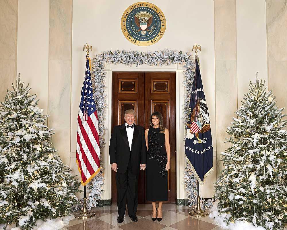 ASV prezidents Donalds Tramps un pirmā lēdija Melānija Trampa pozē oficiālajā Ziemassvētku foto pagājušā gada decembrī, bet ASV mediji uzdod jautājumu, vai šāds foto būs arī šā gada Ziemassvētkos.