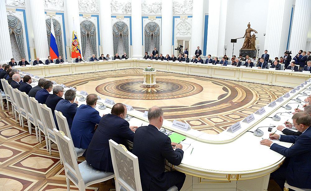 Pagājušā gada nogalē Krievijas prezidents Vladimirs Putins Kremlī tikās ar Krievijas ietekmīgākajiem uzņēmējiem, daļa no kuriem papildinās ASV veidoto melno sarakstu.