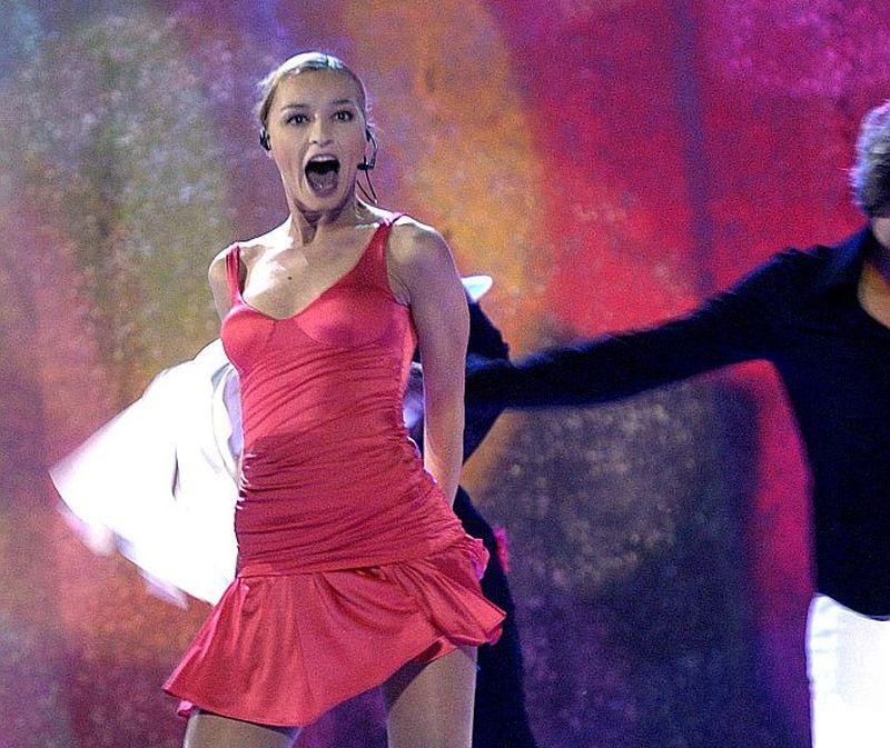 """Dziedātāja Marija Naumova Tallinā triumfēja ar dziesmu """"I Wanna"""", īpašu efektu piešķīra arī viņas sarkanā kleita."""
