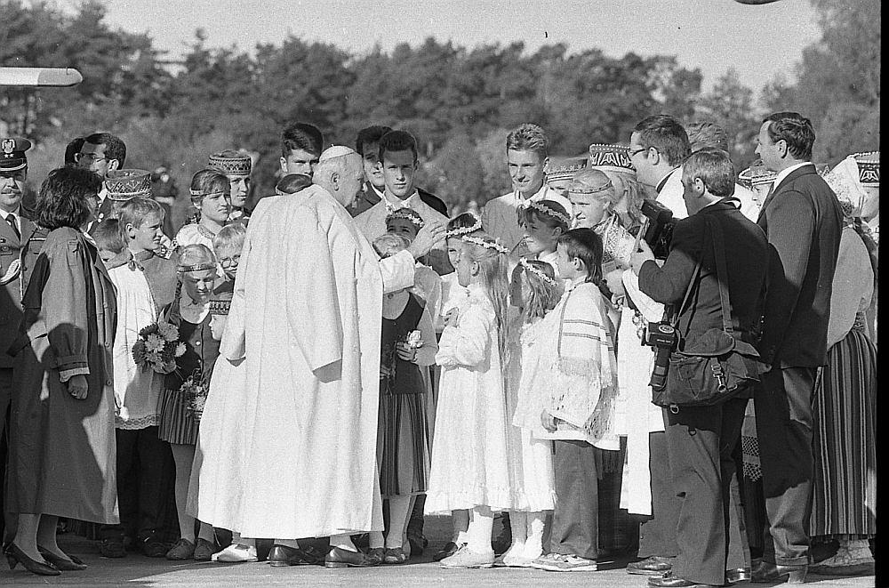 Romas pāvesta Jāņa Pāvila II vizīte ilga divas dienas, viņš tikās ar tautu Aglonā un Rīgā.