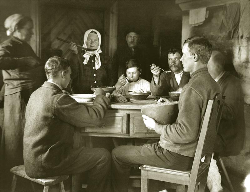Saime pie pusdienu galda. Rēzeknes apriņķa Ozolmuižas pagasta Paulina sādža. 1925. gada 10.augusts. Fotogrāfs Alfrēds Krimuldēns. Latvijas Nacionālā vēstures muzeja krājums.