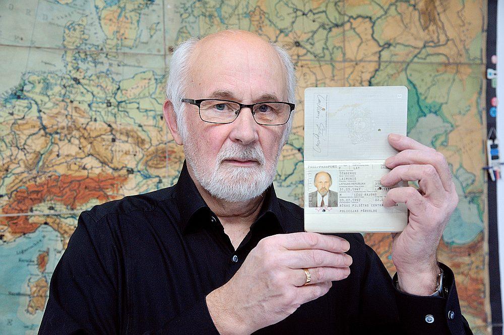 Vienu no pirmā desmita pasēm saņēma arī mākslinieks Laimonis Šēnbergs, kurš bija Latvijas pases dizaina autors un veidoja dizainu arī nākamajām mūsu valsts pasēm.