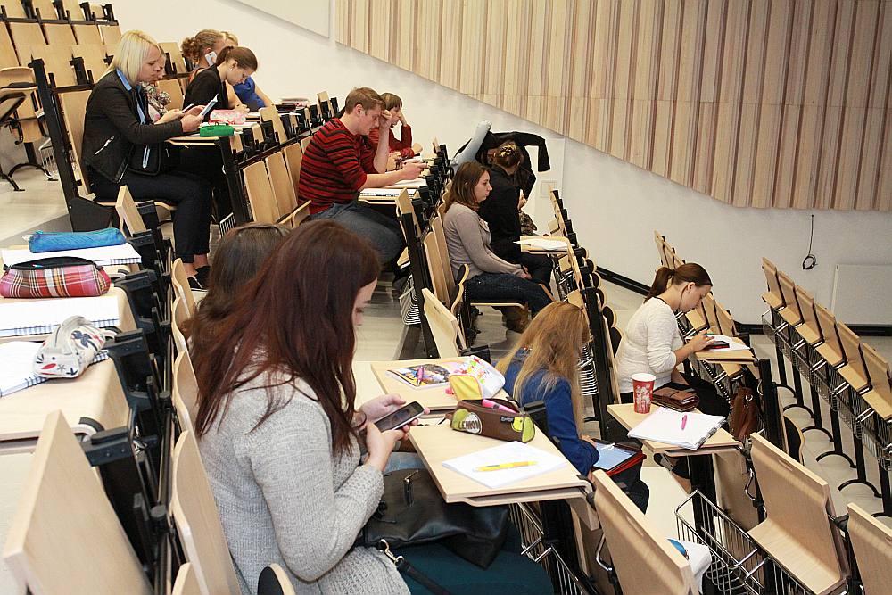Pētījumā secināts: studenti aizvien vairāk laika velta darbam, tāpēc mazāk laika paliek studijām.
