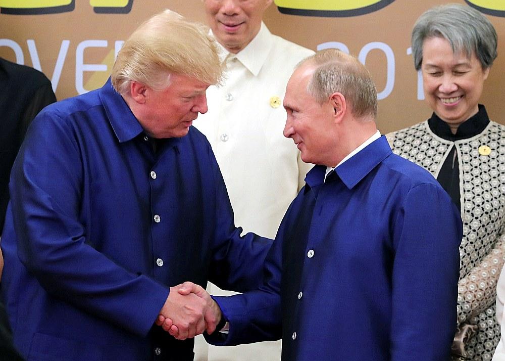 ASV prezidents Donalds Tramps (no kreisās) cenšas uzturēt īpaši tuvas attiecības ar Krievijas prezidentu Vladimiru Putinu, ignorējot ASV izlūkdienestu secinājumus par Krievijas iejaukšanos ASV vēlēšanu procesā, ko izmeklē īpašais prokurors Roberts Millers.