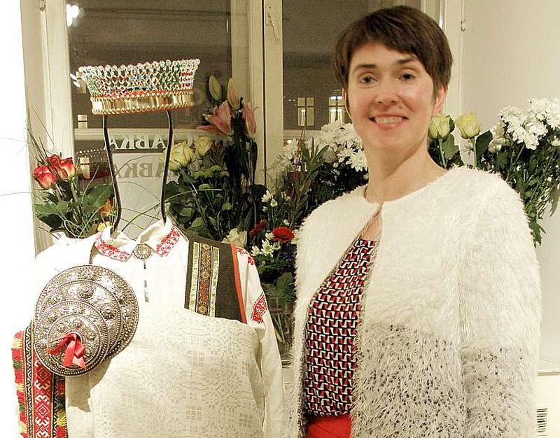 Inga Tapiņa izstādē pie pašas darinātā rucavietes tautastērpa.