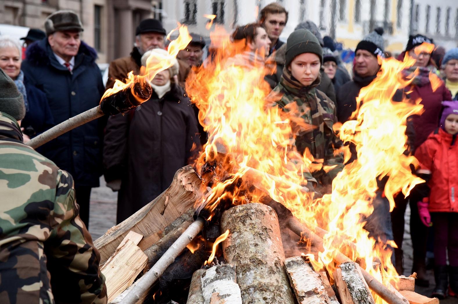 Notiek 1991.gada janvāra barikāžu piemiņai veltītā ugunskura iedegšanas pasākums Doma laukumā.