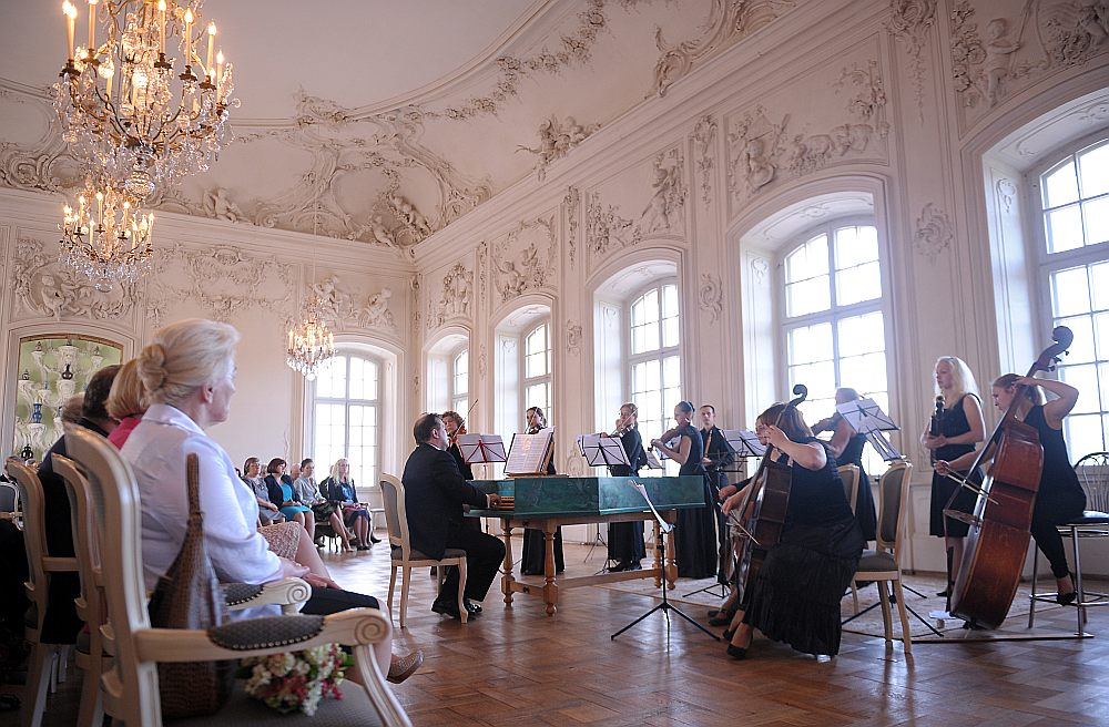 """Par izcilu sniegumu gada garumā uz balvu pretendē Rīgas kamerkoris """"Ave Sol"""", orķestris """"Rīga"""", kā arī baroka orķestris """"Collegium Musicum Riga"""". Attēlā: """"Collegium Musicum Riga"""" uzstājas Rundāles pilī."""