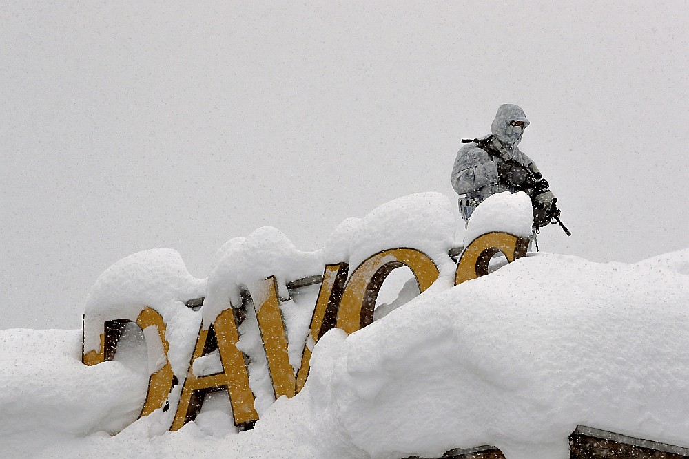 Šveices policists stāv sardzē uz viesnīcas jumta netālu no Kongresu centra Davosā, kur vakar sākās Pasaules ekonomikas forums.