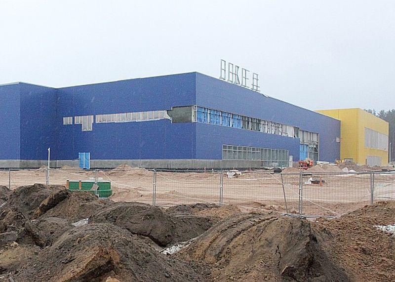 Latvijai nav izdevies piesaistīt lielu starptautisku zīmolu ar nozīmīgām investīcijām (piemēram, virs 30 miljoniem eiro). Izņēmums ir IKEA, bet arī tas ienācis ar vairāku gadu aizturi.