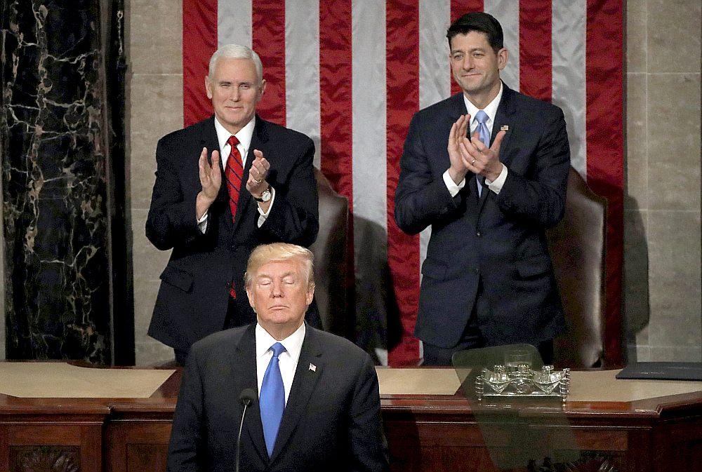 Prezidentam Donaldam Trampam uzrunājot Kongresu par valsts stāvokli, bieži aplaudēja viceprezidents Maiks Penss (no kreisās), Pārstāvju palātas spīkers Pols Raiens un citi republikāņu likumdevēji, demokrātiem sēžot ar akmeņainām sejām.
