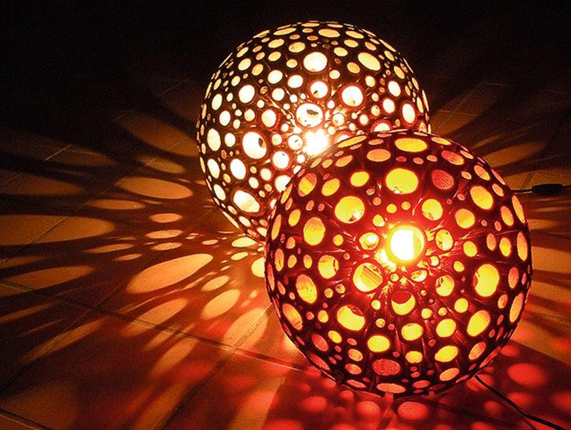 No latvāņu stublājiem darinātā lampa rada romantisku un mājīgu noskaņojumu– gaismas apļi izplūst pa visu telpu.