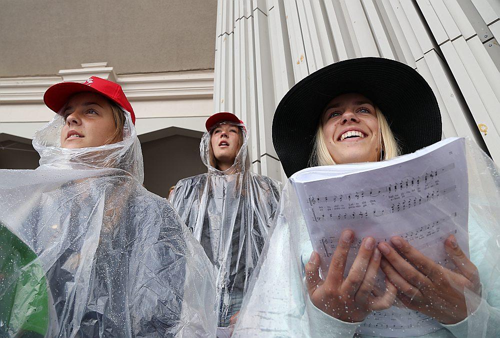Kaut Latvijas himnā ir tikai 28 vārdi, daudzi sabiedrības pārstāvji tos nezinot, tāpēc himnu nedziedot. To gan noteikti nevarētu teikt par Latvijas koristiem…
