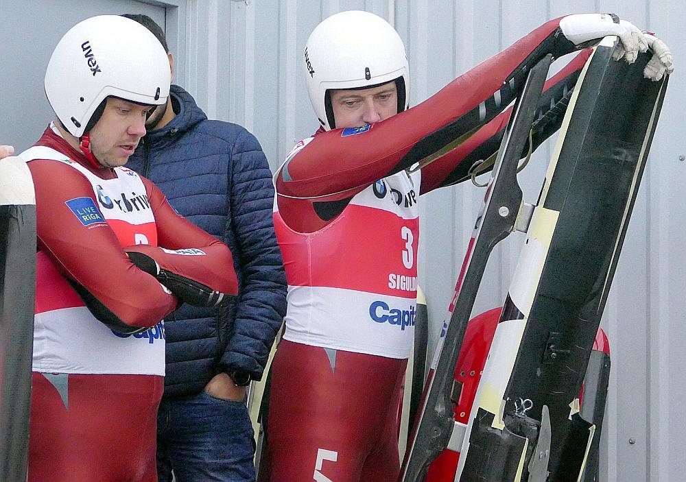 Andris (no labās) un Juris Šici vēl nav līdz galam izlēmuši, ar kādām kamaniņām un sliecēm startēt Phjončhanā.