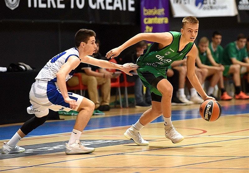Artūrs Žagars (no labās) kļuva par savas komandas atslēgas spēlētāju jaunatnes Eirolīgas turnīra finālmačā Barselonā.