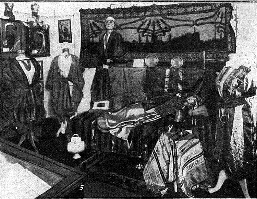 Āzijas tautu tērpu izstāde Skolu muzejā 30. gados.