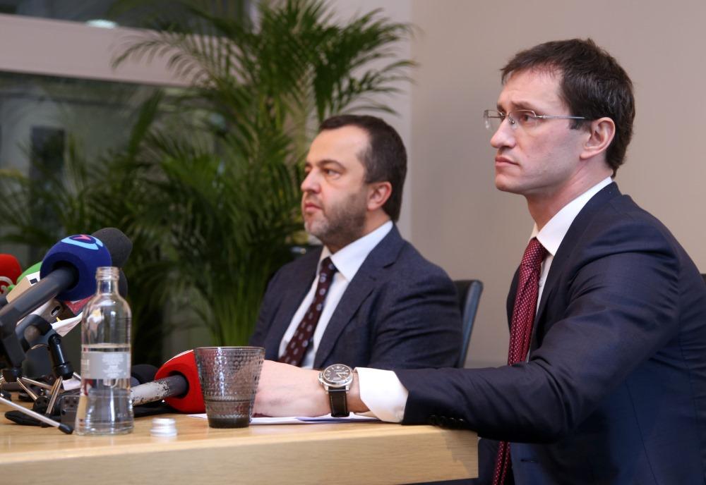 """""""ABLV Banka"""" preses konference 22.02.2018. Valdes priekšēdētājs Ernests Bernis (no kreisās) un valdes priekšsēdētāja vietnieks Vadims Reinfelds."""