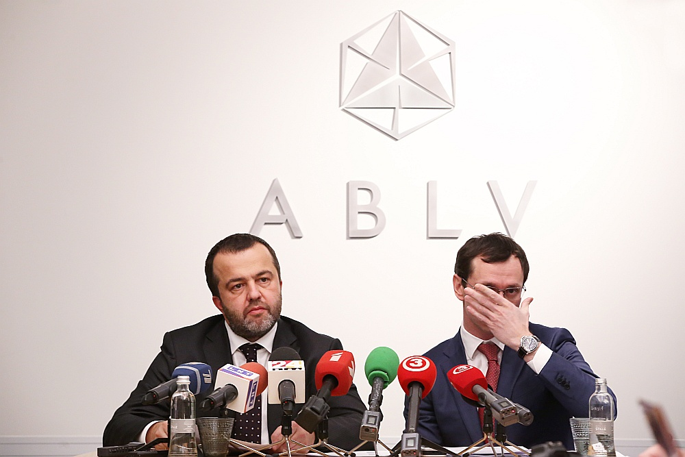 """""""ABLV Bank"""" valdes priekšsēdētājs Ernests Bernis (no kreisās) un """"ABLV Bank"""" valdes priekšsēdētāja vietnieks Vadims Reinfelds"""