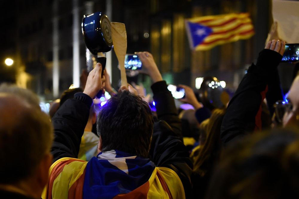 Protests, sagaidot Spānijas Karali Felipi Katalonijā.