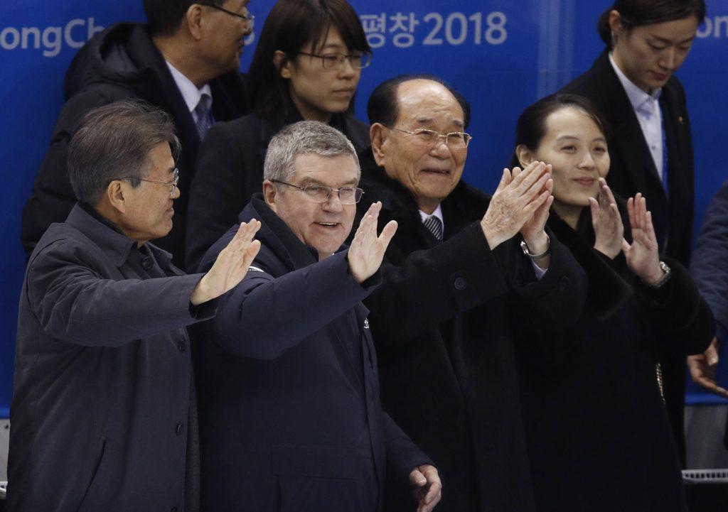 Tomass Bahs (otrais no kreisās) apmeklē hokeja spēli kopā ar Dienvidkorejas prezidentu Munu Džēinu (pirmais no kreisās) un Ziemeļkorejas diktatora Kima Čenuna māsu Kimu Jočenu.