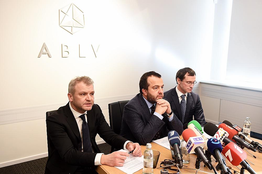 """""""ABLV Bank"""" līdzīpašnieks un padomes priekšsēdētājs Oļegs Fiļs (no kreisās), bankas valdes priekšsēdētājs Ernests Bernis un valdes priekšsēdētāja vietnieks Vadims Reinfelds preses konferencē, kurā paziņoja par gaidāmo bankas pašlikvidācijas procesu."""