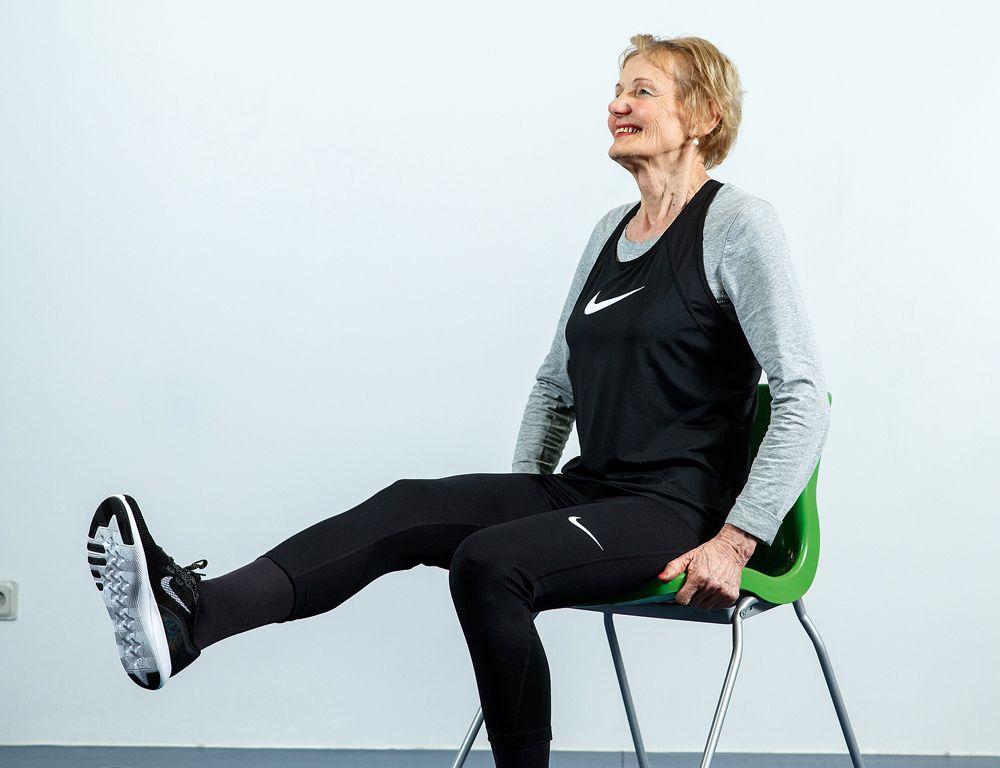 Vingrojumus demonstrē Biruta Pāvilsone. Tie neesot sagādājuši lielas grūtības, jo fiziskās aktivitātes ir Birutas ikdiena. Tomēr šo kompleksu viņa turpinās pildīt arī mājās, jo vietām nemaz nebija tik viegli – muskuļi trīcēja.