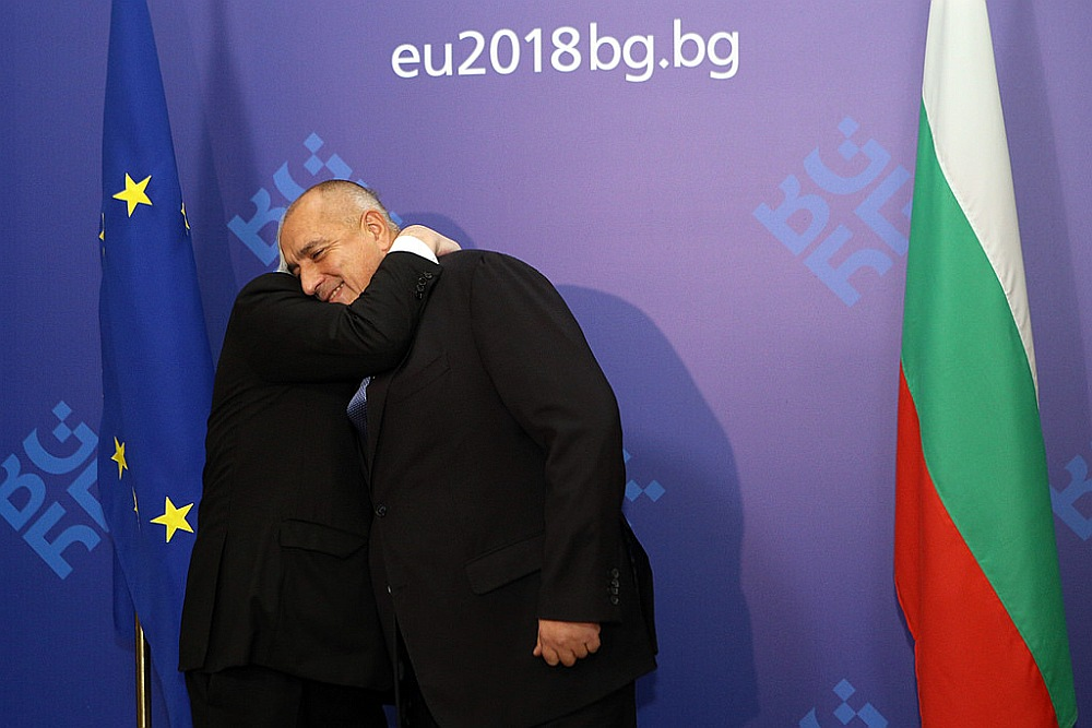 EK priekšsēdētājs Žans Klods Junkers sveic Bulgārijas premjerministru Boiko Borisovu, uzsākot ES prezidentūru.