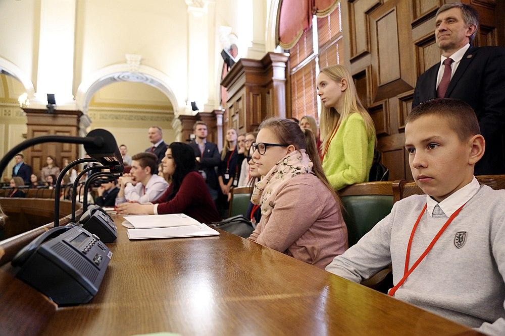 Latvijas skolēniem vakar bija iespēja iepazīt likumdevēju darbu – arī Saeimā notika Ēnu diena, kuras gaitā jaunieši varēja piedalīties deputātu ikdienas gaitās.