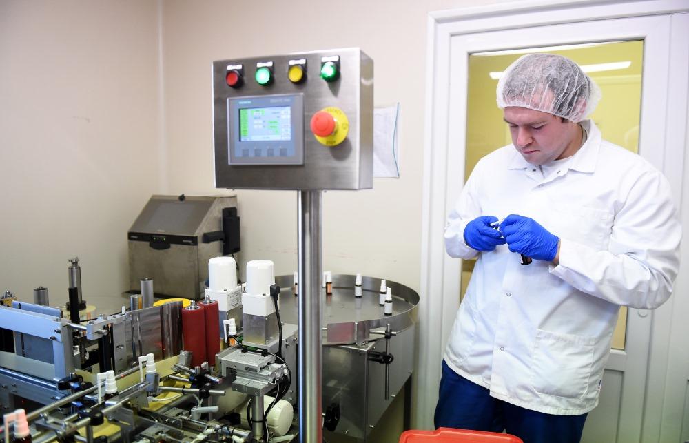 """Latvijas zāļu ražotāja """"Silvanols"""" """"Faringo Spray"""" ražošanas līnija."""