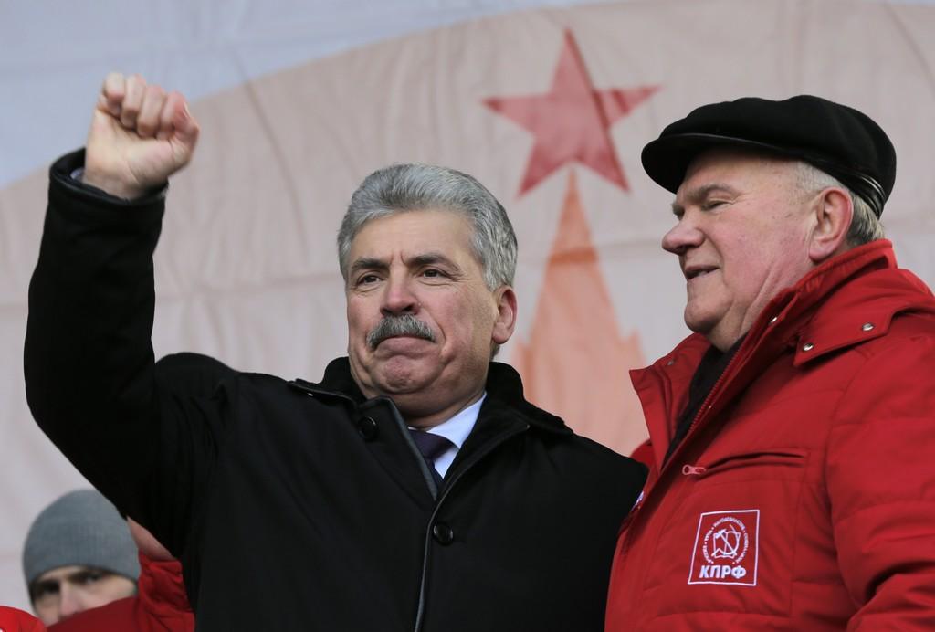 Komunistu partijas prezidenta kandidāts Pāvels Grudiņins (no kreisās) kopā ar ilggadējo partijas līderi Genādiju Zjuganovu.