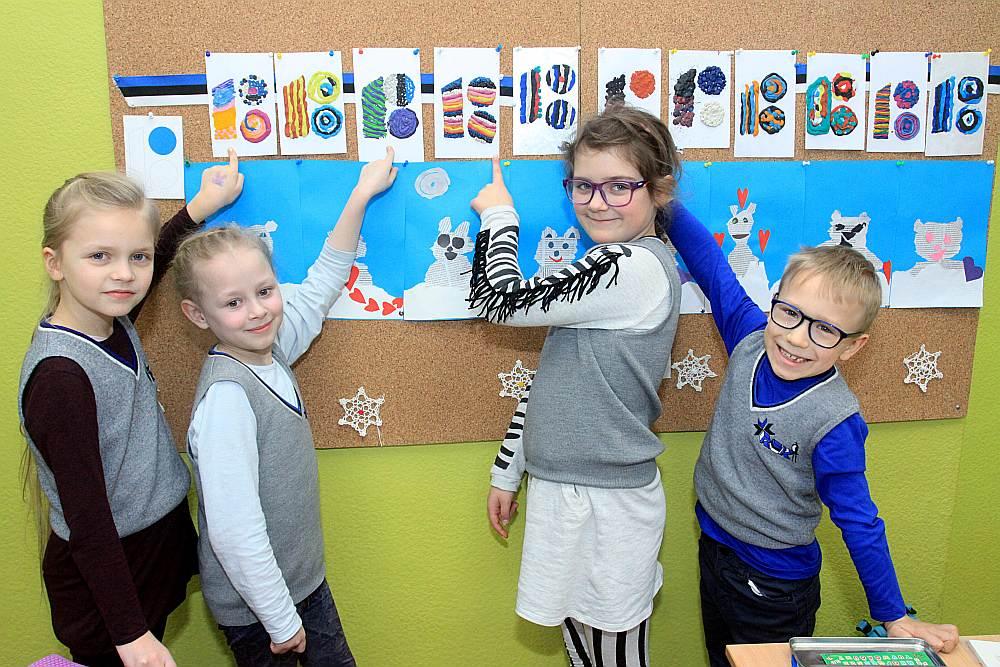 Rīgas igauņu pamatskolas 1. klases audzēkņi Keita Glezere, Paula Piņķe-Finka, Luīze Berga un Arno Āboliņš rāda savus darbiņus, kuros atveidota Igaunijas simtgades zīme.