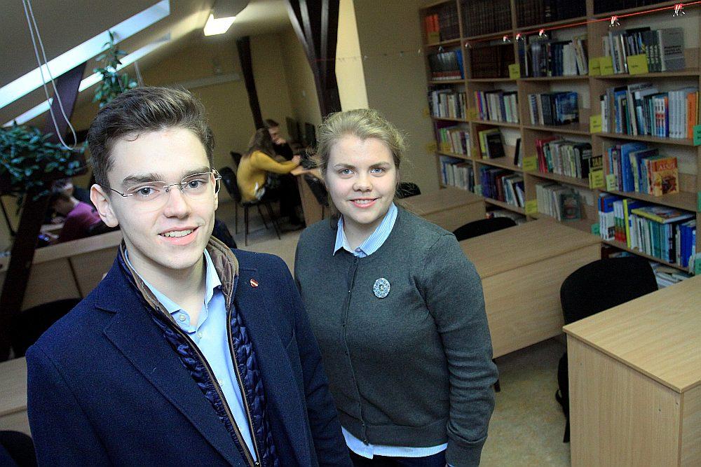 Daniils Vladimirovs un Linda Lielbriede skolēnu mācību uzņēmumu pārvērtuši biedrībā un noderīgā tīmekļa vietnē.