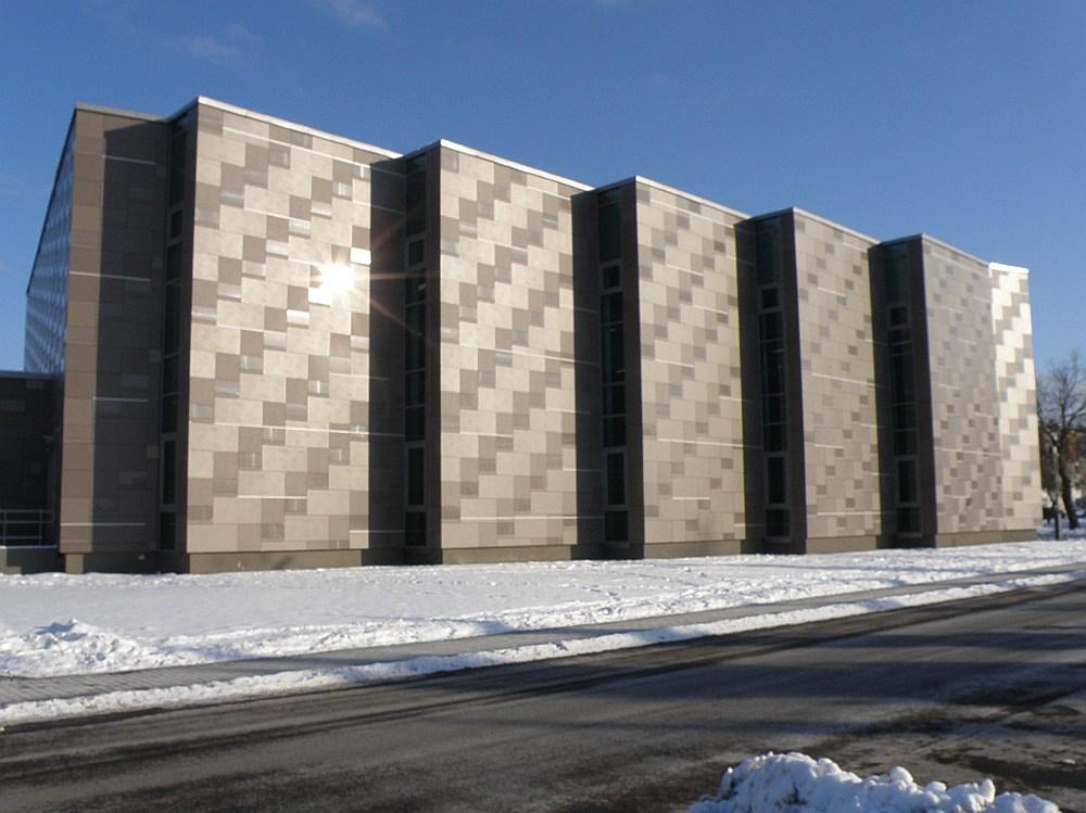 Interesanta ir Jaunolaines sporta nama fasādes apdare un asprātīgs risinājums sporta zāles logu izvietošanā.