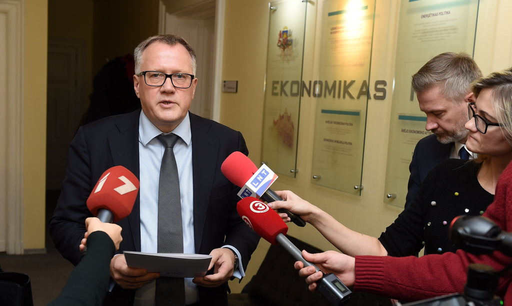 Ekonomikas ministrs Arvils Ašeradens preses brīfingā atbild uz žurnālistu jautājumiem pēc sanāksmes par obligātā iepirkuma komponentes reformas pilnveidošanu.