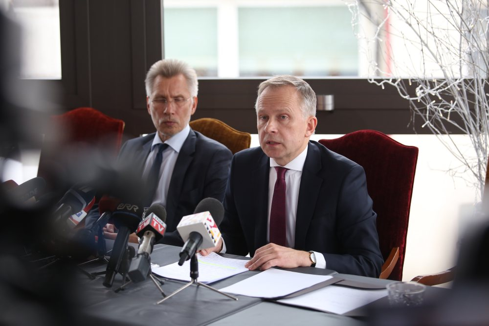 Latvijas Bankas prezidents Ilmārs Rimšēvičs preses konferencē informē par pēdējo dienu notikumiem, kas saistīti ar viņa aizturēšanu.