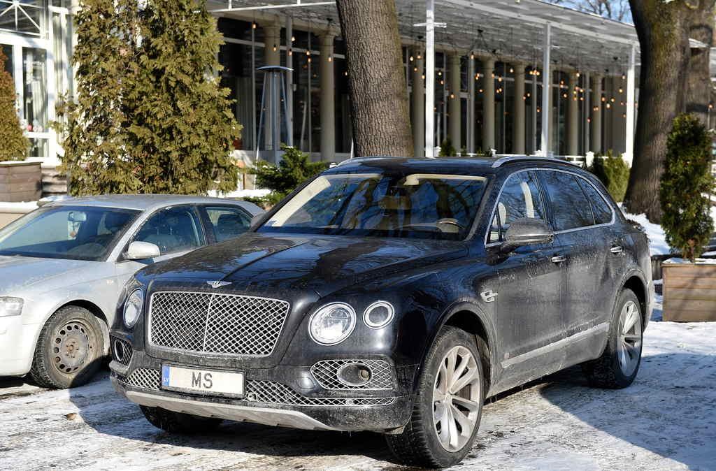 """Maksātnespējas administratora Māra Sprūda automašīna """"Bentley"""" ar numurzīmi """"MS"""" autostāvvietā pie """"Vernisāžas""""."""