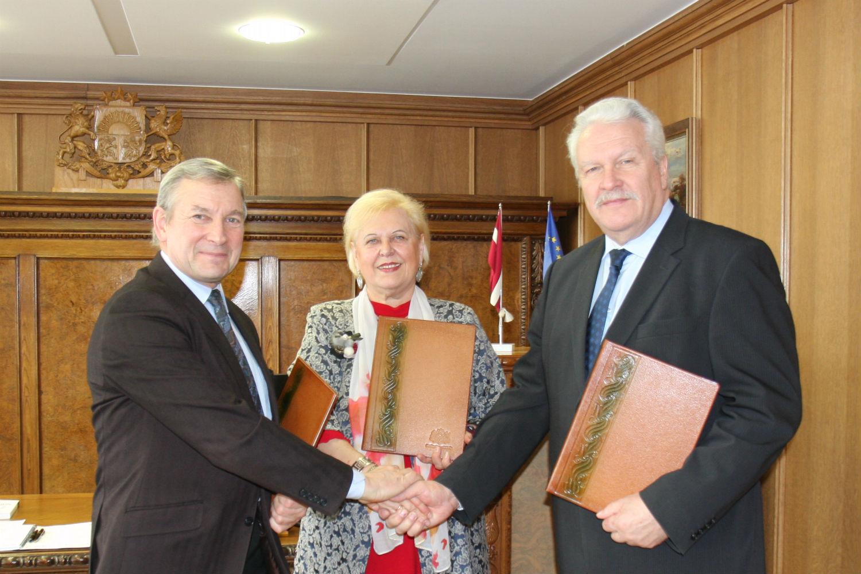 Līguma parkastīšana – zemkopības ministrs Jānis Dūklavs (no labās), LZA prezidents Ojārs Spārītis un LLMZA prezidente Baiba Rivža.
