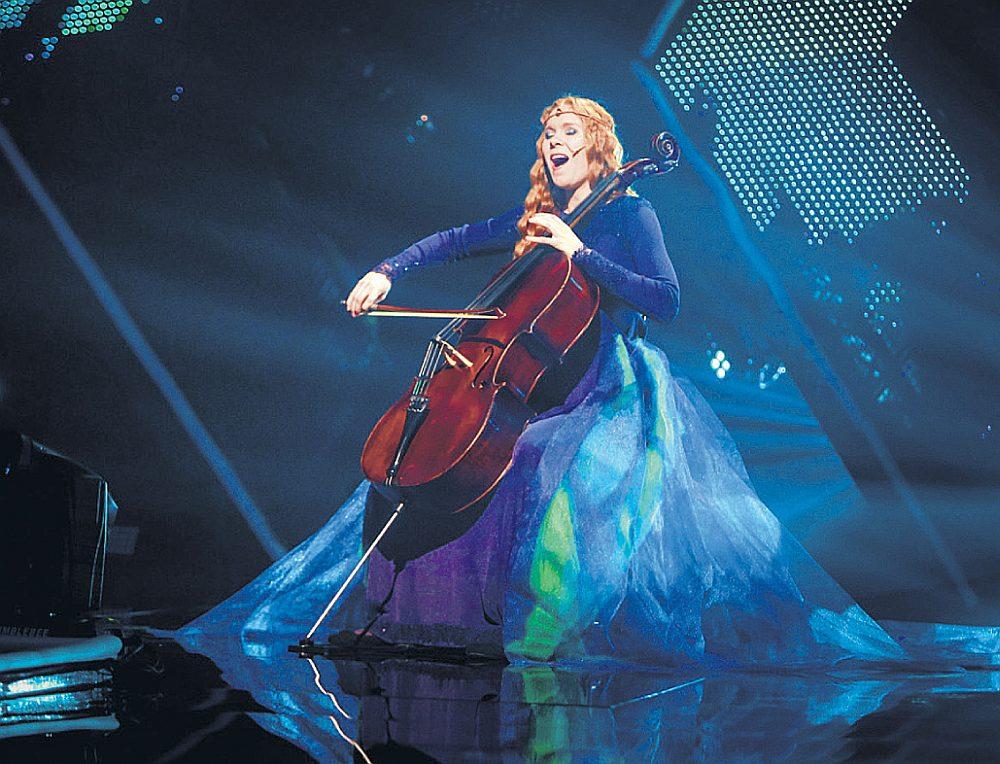 """Šova dalībniece Madara Fogelmane no Jelgavas otrajā pusfinālā savu dziesmu """"Esamība"""" dziedāja latviešu valodā, iekļūstot finālā."""