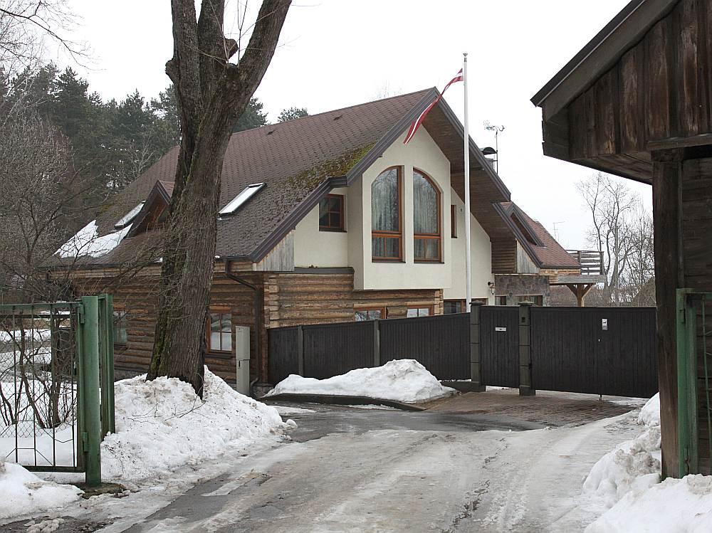 Mājokļu īpašnieki Rīgas centrā, Mežaparkā, Jūrmalā un citur turpinās maksāt ar viņu ienākumiem nesamērīgu nodokli.