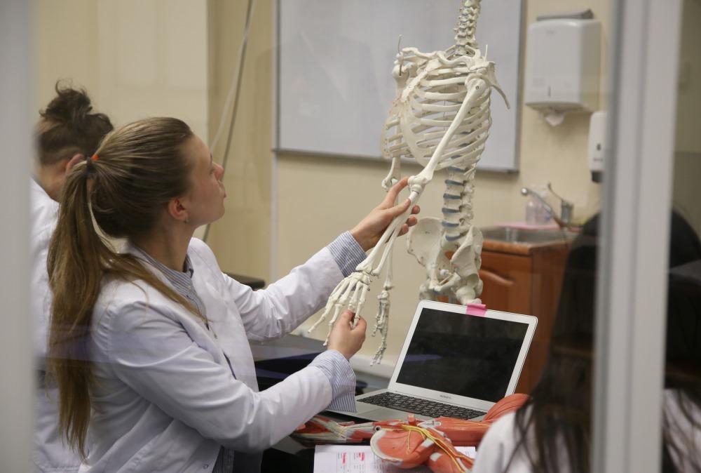 Ilustratīvs foto. RSU studenti mācās jaunajās Anatomikuma telpās.